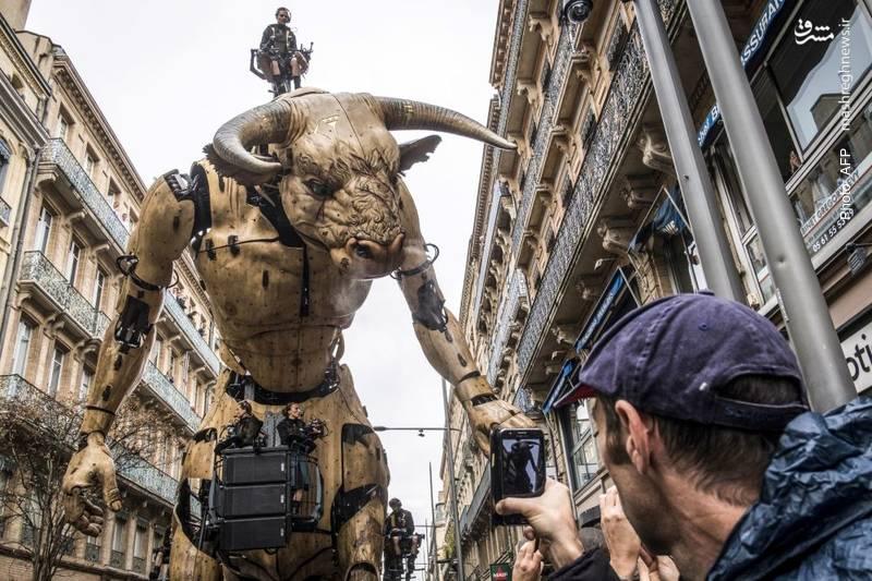 محصول جدید شرکت لاماشین (La Machine) در خیابان های تولز. فعالیت اصلی این شرکت، اجرای نمایش خیابانی با روباتها است.