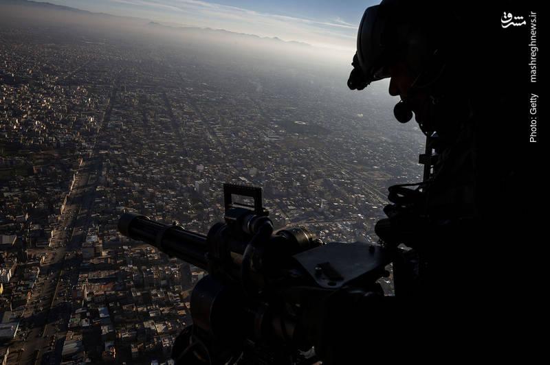 سرباز ایتالیایی با تیربار ناتو بر فراز هرات پرواز می کند.
