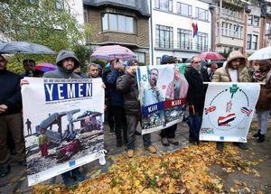 عکس/ تجمع اعتراضی مقابل سفارت سعودی در بروکسل
