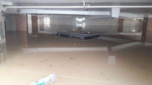 عکس/ غرق شدن یک پراید در پارکینگی در اهواز