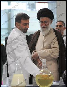 عکس کمتر دیده شده شهید تهرانیمقدم هنگام ارائه گزارش به رهبر انقلاب