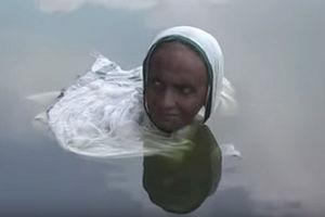فیلم/ زندگی عجیب زن هندی در دریاچه!