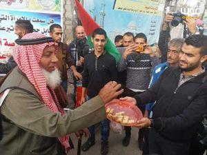 توزیع شیرینی پس از استعفای وزیرجنگ صهیونیستها