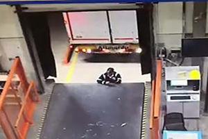 فیلم/ لِه کردن یک کارگر توسط تریلی!