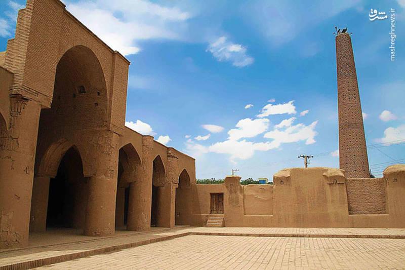 مسجد جامع دامغان با ۱۰۰۰ سال قدمت، یکی دیگر از جاذبههای شهر تاریخی دامغان است.