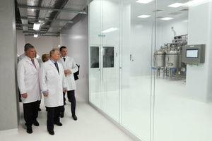عکس/ بازدید پوتین از کارخانه داروسازی