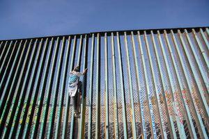 عکس/ مهاجران در یک قدمی نظامیان آمریکا