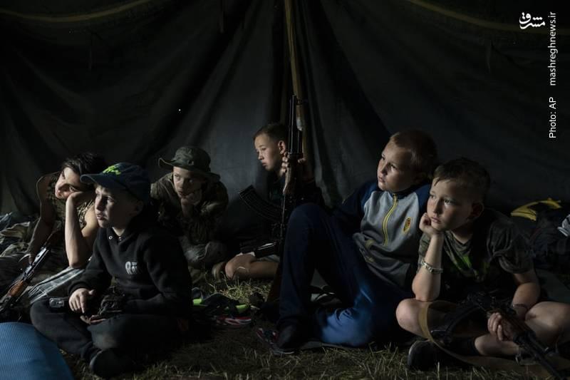 کمپ کودکان اوکراینی و کلاشینکف به دست با همت احزاب ملی گرا و با هدف اعلامیِ دفاع از وطن