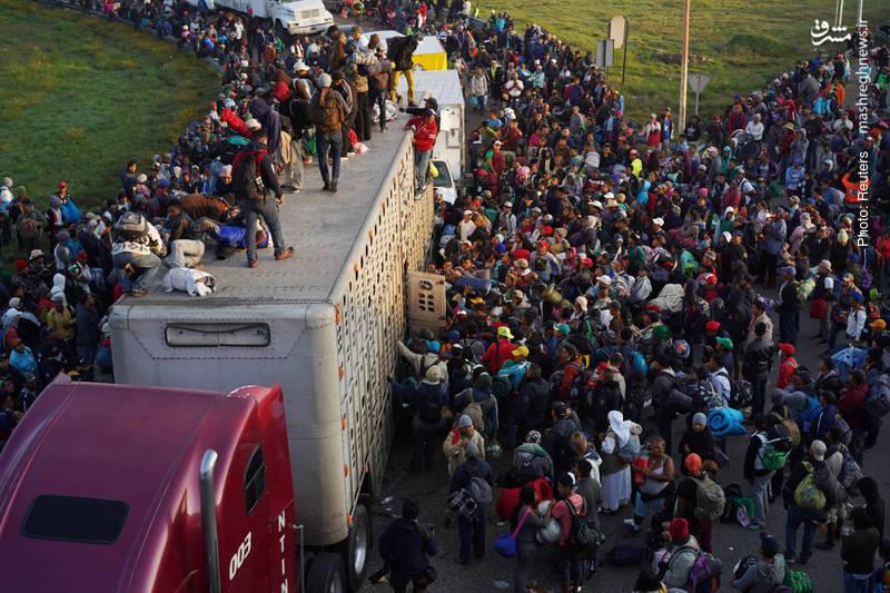 تلاش سیل چند هزار نفره مهاجران در مکزیک برای سوارشدن بر یک بارکش