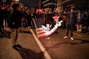 عکس/ آتش زدن پرچم آمریکا در یونان