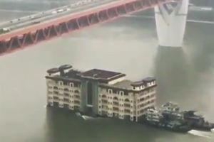 فیلم/ جابجایی ساختمان پنج طبقه در رودخانه!