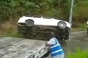 فیلم/ سقوط خودرو به دره با کمک امدادگران!