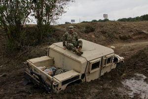 عکس/ خودروی نظامیان آمریکا در گِل فرو رفت