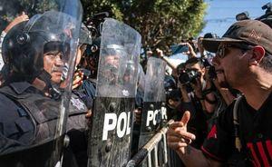 عکس/ درگیری مردم شهر مرزی مکزیک با مهاجران