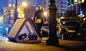 عکس/ توزیع چادر برای افراد بیخانمان