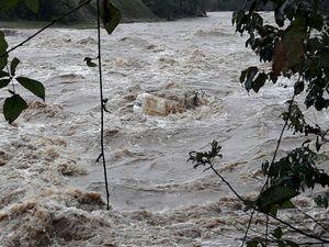 عکس/ غرق شدن پراید در رودخانه فومن
