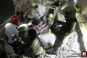 عکس/ نجات کارگران مدفون شده زیر خروارها خاک