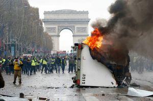 مقابله با پلیس فرانسه به کمک سنگفرشهای شانزلیزه +فیلم