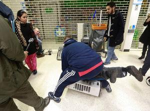 خشونت و وحشیگری به خاطر یک مشت تخفیف/ در «جمعه سیاه» چه گذشت؟ +عکس و فیلم