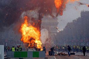 شلیک گاز اشک آور به سمت معترضان فرانسوی