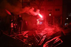 گاز اشک آور و بمب صوتی صهیونیستها در داخل مسجدالاقصی+ عکس