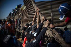عکس/ عبور مهاجران از دیوارهای ترامپ