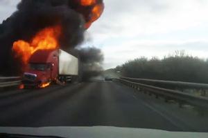 فیلم/ آتش گرفتن وحشتناک تریلی پس از تصادف!