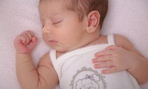 نوزاد ۸ ماهه بر اثر بوسیدن تا یک قدمی کما رفت