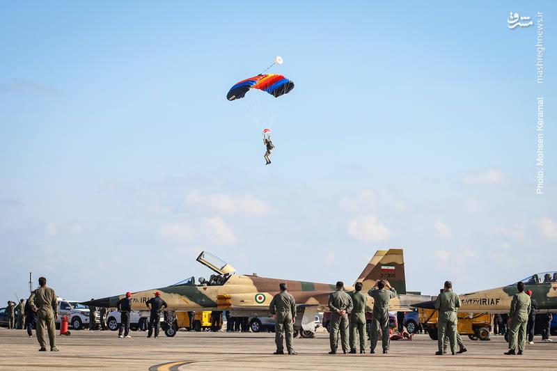 فرود چتربازان سپاه در نمایشگاه هوایی کیش