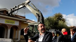 عکس/ تخریب ویلایی لوکس توسط وزیر کشور ایتالیا