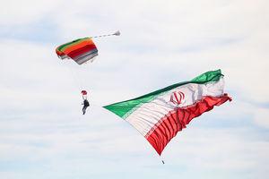 عکس/ اهتزاز پرچم ایران در آسمان کیش