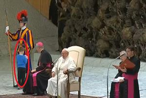 فیلم/ شیطنت یک کودک در مراسم رسمی با حضور پاپ!