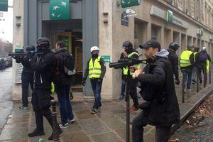 عکس/ حمله لباس شخصیها به مردم پاریس