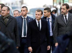 امانوئل ماکرون وارد خیابانهای پاریس شد
