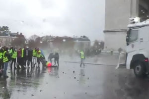 فیلم/ جدال فرانسوی ها با ماشین های آبپاش!