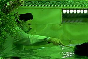 فیلم/ غبارروبی حرم مطهر حضرت معصومه(س) با حضور رئیسی
