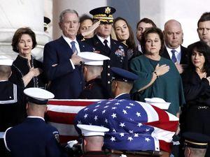 ادای احترام ترامپ به جنازه جرج بوش پدر