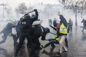 مرگ یک نفر دیگر در اعتراضات جلیقه زردها/پاداش ماکرون به سرکوبگران