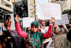 عکس/ تجمع اعتراضی مقابل سفارت عربستان در بیروت