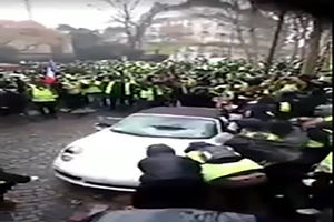 """فیلم/ چپ کردن""""پورشه""""توسط معترضان فرانسوی!"""