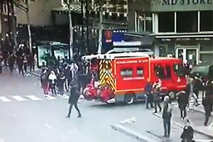 فیلم/ فرار آتش نشانان فرانسوی از دست معترضان!