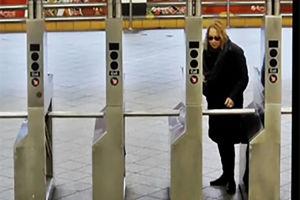 فیلم/ سَر ریز فرهنگ در متروی نیویورک!
