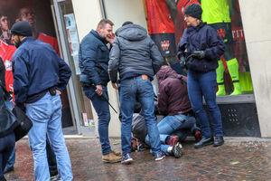 عکس/ دستگیری دانشجویان فرانسوی توسط لباس شخصیها