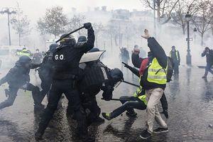 کتک زدن مردم مظلوم فرانسه توسط بسیجیهای پاریس! +عکس
