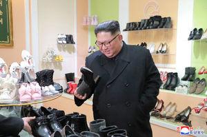 بازدید کیم جونگ اون از محصولات داخلی یک شرکت کفش