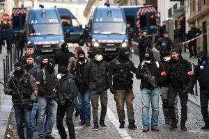 عکس/ سلاح پلیس پاریس برای مقابله با معترضان