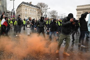 ضرب و شتم پلیس فرانسه با معترضان
