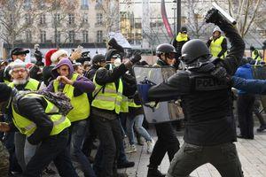 برخورد پلیس فرانسه با پسر جوان!  +فیلم
