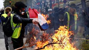 عکس/ آتش زدن پرچم فرانسه توسط جلیقه زردها