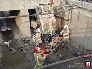 سقوط خودرو به داخل کانال حاشیه بزرگراه در تهران